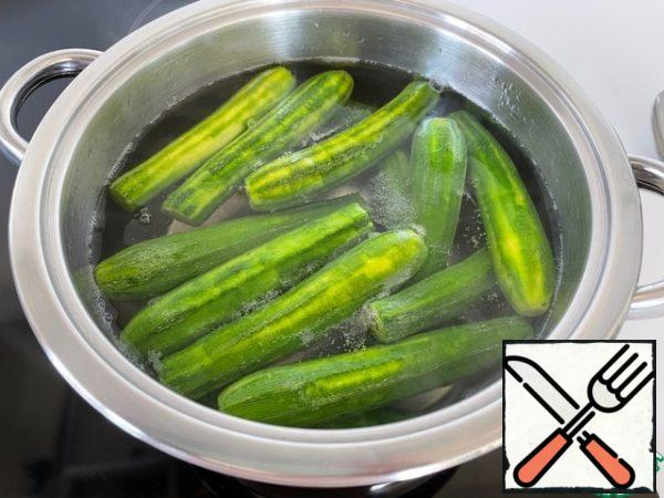 Boil 1 liter of water, add 0.5 tablespoons of salt and lower the zucchini there. Cook for 5 minutes after boiling. After 5 minutes, drain the water and, to stop the cooking process, pour ice water into the pan.
