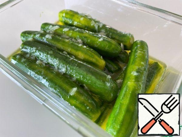 In a container that is convenient for storing in the refrigerator, put the zucchini and pour the marinade. Cover with a lid and put in the refrigerator for at least 6 hours.