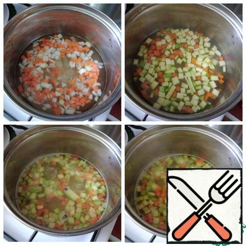 Pour the broth into a saucepan and bring to a boil. Very finely cut the onion and carrot with a small cube. We send it to the boiling broth and cook for 10 minutes. Next, add the zucchini, also cut into small cubes. Small cubes of vegetables will look nice in a plate and will also be useful for children and those who sit on a gentle diet. Cook the soup for another 5 minutes. Next, add the pasta and green peas. It is good to take green peas fresh. I didn't have any, so I took a canned one. Salt the soup to taste and put a couple of peas of allspice. Cook until the pasta is ready. That's another 5 minutes. Pour into the soup olive oil 1 h l or any oil you like. Immediately remove from the heat. Our soup is ready.