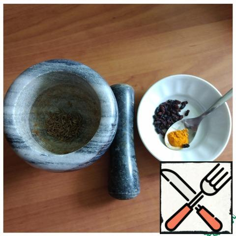 I will use the spices that are usually used in Uzbek pilaf. So that zira reveals her fragrance, I will break it in a mortar. I have dried barberry.