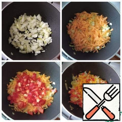 You need a saucepan or a deep frying pan small for so many products. I make rice for a weight loss diet. I poured 1 h l of olive oil and put the onion, cut randomly. Gilded until soft and added grated carrots on a medium grater. Then I cooked for 5 minutes under the lid on a minimum heat. I added a sweet pepper cut into a small cube. Stirred, added spices: cumin; turmeric; barberry.