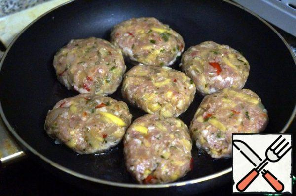 In a frying pan, heat the remaining oil, put the cutlets, fry on medium heat on both sides, for five minutes on each side.