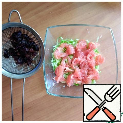 We throw the raisins on a strainer so that all the liquid merges with it. We remove the skin from the grapefruit, and remove the white films directly over the salad bowl, so that the juice does not disappear from it. We disassemble the pieces with our fingers.