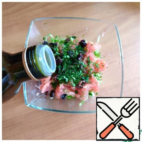 Add the raisins and finely chopped fresh dill. Fill with oil. We try for salt. Add salt to taste. You can pepper it with your favorite pepper.