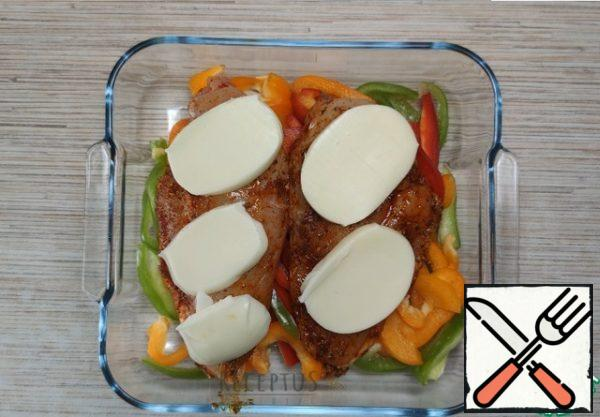 On top of the meat I put slices of mozzarella. I put it in the oven and bake the meat until fully cooked at a temperature of 180.