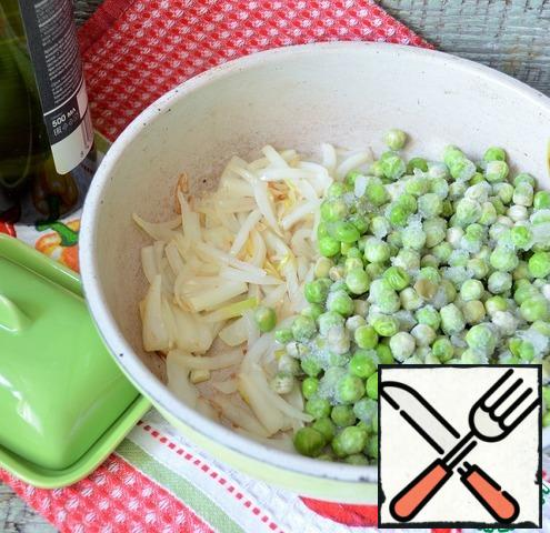 In a small skillet, fry the onion feathers in 1 tablespoon of olive oil, a couple of minutes over medium heat. Lightly defrost the peas, put them in the onion and add half the butter, simmer over medium heat, stirring, for 3-5 minutes.