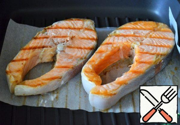 Turn the fish over, fry on the second side, 1-2 minutes, the heat is above medium.