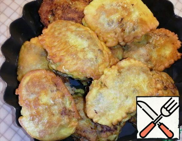 We transfer the cutlets to a baking dish. Pour a small amount of water (4-5 tbsp. l) into the mold, cover with foil and send it to the preheated oven at 180° for 20-25 minutes.