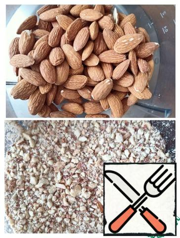 While the oranges are cooking, chop the almonds. Remove the eggs from the refrigerator, we will beat them at room temperature.
