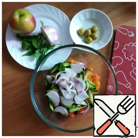I will serve the salad to each person individually, so I will cut only beets, carrots, red onions and cucumbers into a salad bowl. I'll cut the vegetables into cubes.