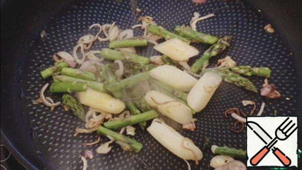 Fry the shallots, 2 types of asparagus until half cooked