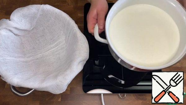 Mix sour cream and milk. Heat over low heat, without bringing to a boil. Yellow streaks should appear on the surface. Cool down.
