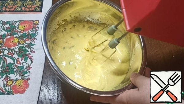 At this time, we will prepare the filling. Previously, the yolks of 2 eggs are separated from the whites. First, using a mixer, mix 2 egg yolks, 50 g of sugar and the zest of 1 medium lemon. Whisk until the mass is lighter.