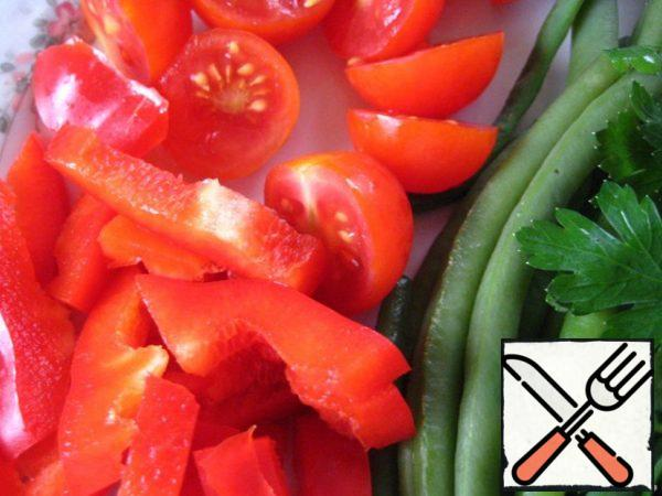 Salad pepper cut into strips; tomatoes-in 2 parts; chop the parsley.