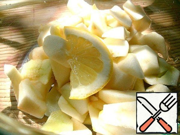 Apples are cleaned, cut into slices, sprinkle with lemon juice from darkening.
