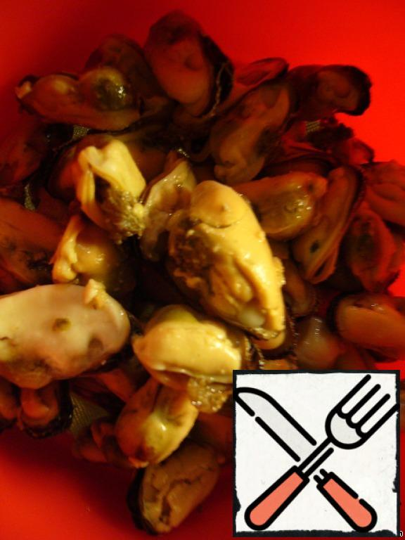 Mussels (I have pickled) discard in a colander.