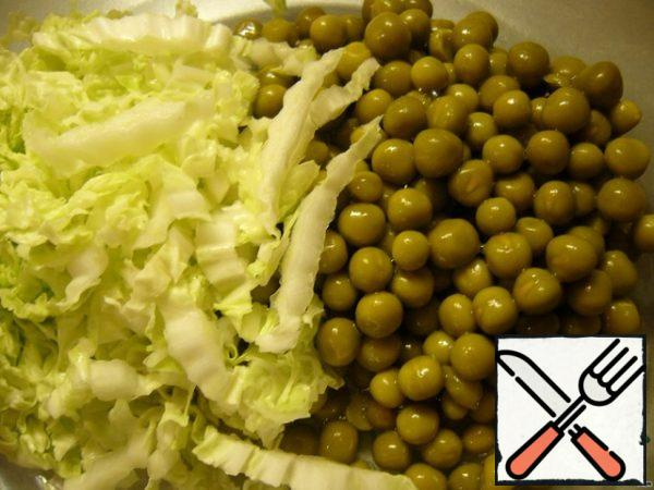 Chop the salad or Peking cabbage. Drain the liquid from the peas.