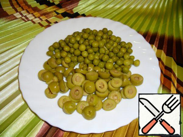 Olives cut into 3 parts. Spread the peas.