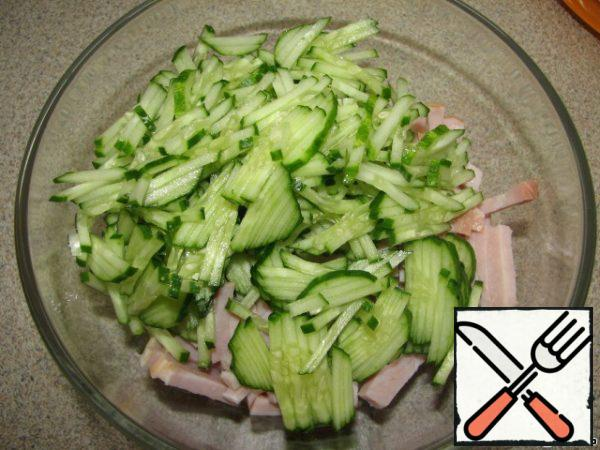 Cucumber is also cut into strips, add to the ham.