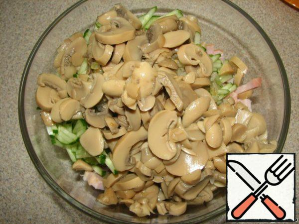 Drain the brine from the mushrooms and put them in a salad bowl.