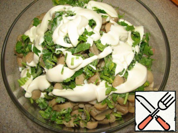 Add the chopped herbs to the rest of the ingredients. Add salt, season with mayonnaise and mix well.