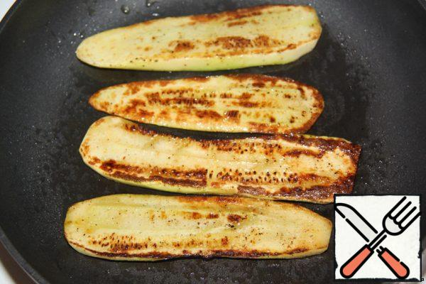 Spread the zucchini on a preheated frying pan with olive oil and fry until golden brown.