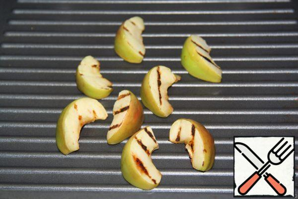 We put the apples on a grill pan and fry them on 2 sides.