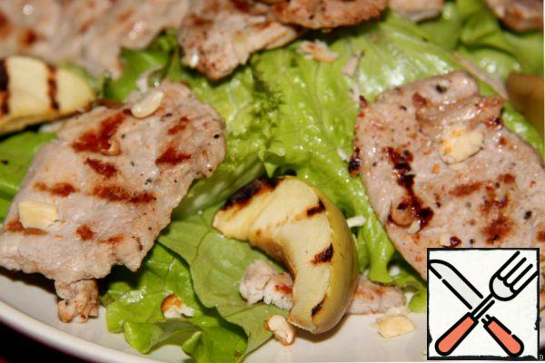 Combine salad leaves, meat and apples. Sprinkle with pine nuts on top.
