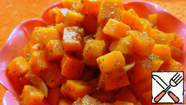 Peel the carrots and cut them into cubes. Peel the garlic, cut the slices into large slices.