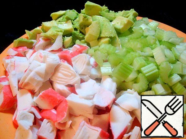 Rather coarsely chop the celery and crab meat. We fill the salad according to your taste and depending on the severity of the diet - with natural yogurt, low-fat kefir or sour cream with a small percentage of fat content. Salt to taste and as desired.
