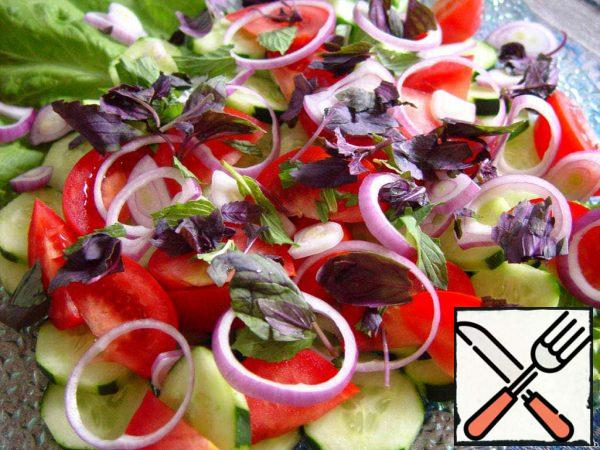 We cut cucumbers and onions in circles, tomatoes-in slices, pick greens or cut them coarsely, put it all in a salad bowl.