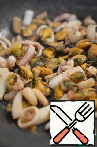 Defrost the seafood, drain the liquid and fry for 1 minute in olive oil, season with pepper to taste. It is better to add salt after the mayonnaise, so as not to overdo it.
