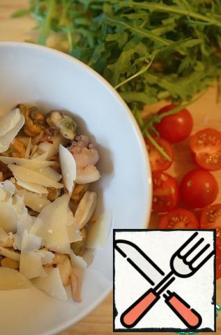 Cut the cherry tomatoes in half. Prepare the arugula.