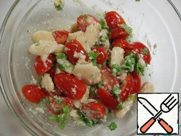 Add the remaining oil, tomatoes and parsley to the beans in the previous step. Once again, gently mix.