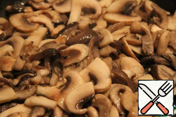 Wash oyster mushrooms and mushrooms, cut into slices, fry in a frying pan in oil for 3 minutes. on high heat. Then add the soy sauce and simmer over low heat under the lid until tender. Wash oyster mushrooms and mushrooms, cut into slices, fry in a frying pan in oil for 3 minutes. on high heat. Then add the soy sauce and simmer over low heat under the lid until tender.