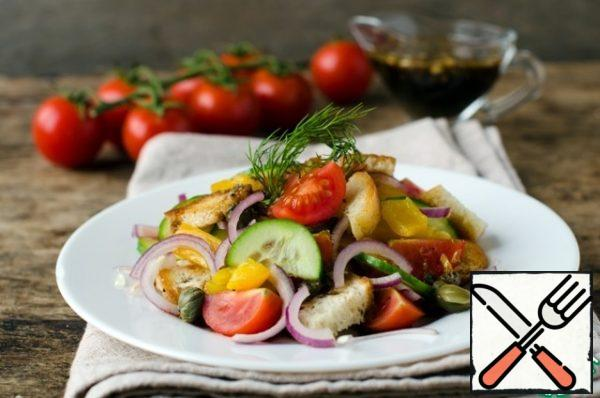 Put all the ingredients for the salad in a bowl, mix, add the dressing and serve immediately!!! Good appetite!!!