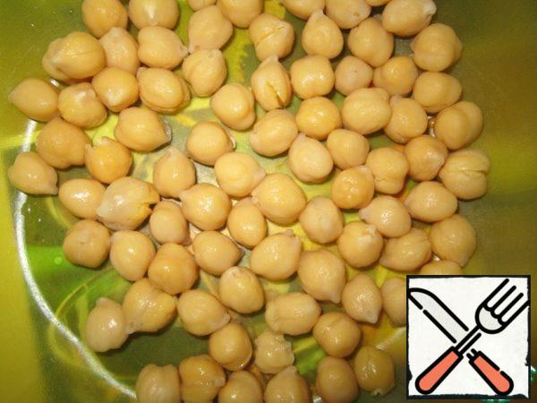 Pre-boil the chickpeas. Put it in a cup.