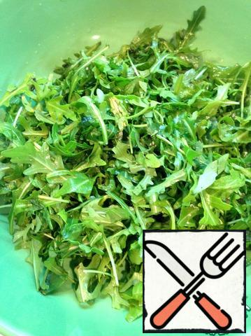 Wash the arugula under cold water, dry it and cut it not too finely.
