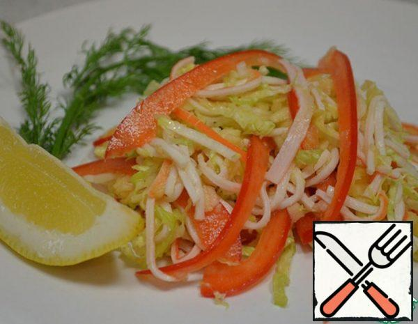Grate the apple on a coarse grater, sprinkle with lemon juice. Cut the pepper and cabbage into strips. Disassemble the crab sticks into noodles or cut into strips.