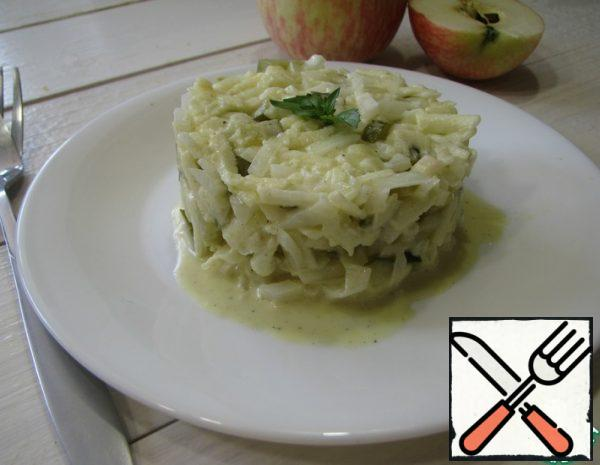 Onions and pickled cucumbers are cut into small cubes. Peel the apples and grate them on a coarse grater. Make a sauce from mayonnaise, mustard, sour cream, lemon juice and vegetable oil.