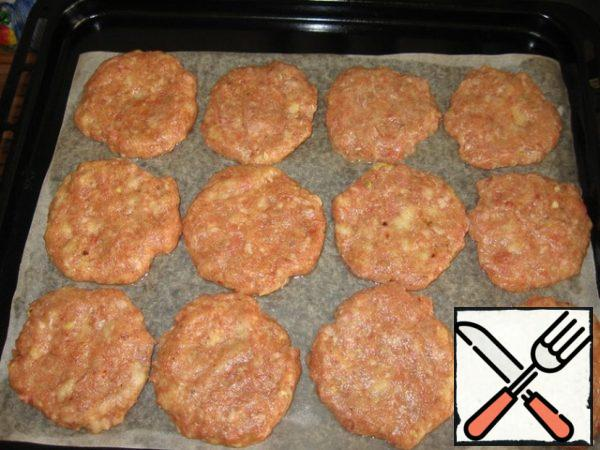 To the minced meat, add salt, pepper, seasonings to the meat, finely chopped garlic and dill, soaked in milk or water and twisted in a meat grinder loaf, 2 eggs, knead well and form tortillas (I have 12 pieces). Place them on a greased baking sheet.
