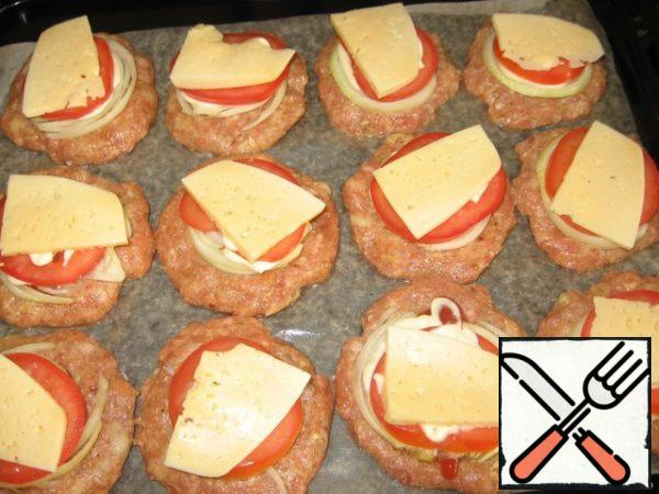 Cut the cheese, onion, tomato, pepper (I did not have it today) into thin slices (circles). On a meat tortilla, we spread: ketchup-onion-mayonnaise-tomato-mayonnaise-cheese. A circle of pepper is pressed around the filling and the filling itself is also lightly crushed inside. In the preheated oven-180*C 30 min.