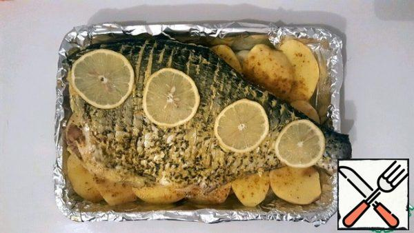 Add salt and pepper to the fish outside and inside) And! rub with butter, between the slots, along the entire length, and put a piece of butter inside)