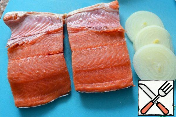 Clean the fish from the scales, wash it, blot it with a paper towel. Cut out the ridge and cut into two portions.