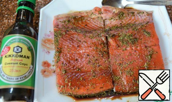 Put the fish in the sauce with the skin down, while greasing the top. Leave on for 10 minutes.