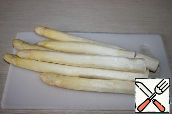 Peel and wash the white asparagus.
