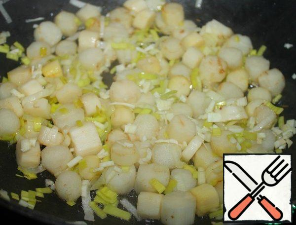 In a frying pan, heat a small amount of vegetable oil. Cut the asparagus into slices about 0.5-1 cm thick. Fry in a frying pan, stirring, for 3-5 minutes. Add the chopped leek and finely chopped garlic. Fry for another minute or two.