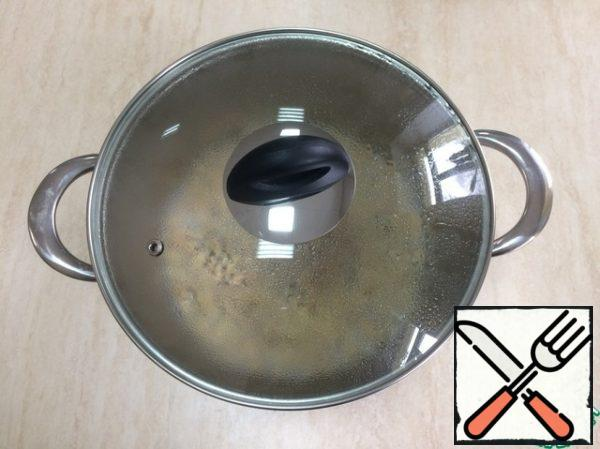 Pour the soy meat into a saucepan, pour boiling water, cover with a lid and leave for 10 minutes.