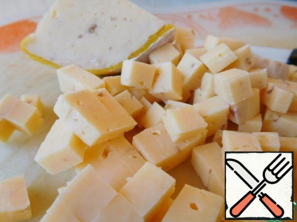 Cut the cheese into a small cube. You can take any cheese, I had it with walnuts, which gave an additional taste and aroma to the salad. You can also add a crushed handful of nuts, if you have regular cheese.