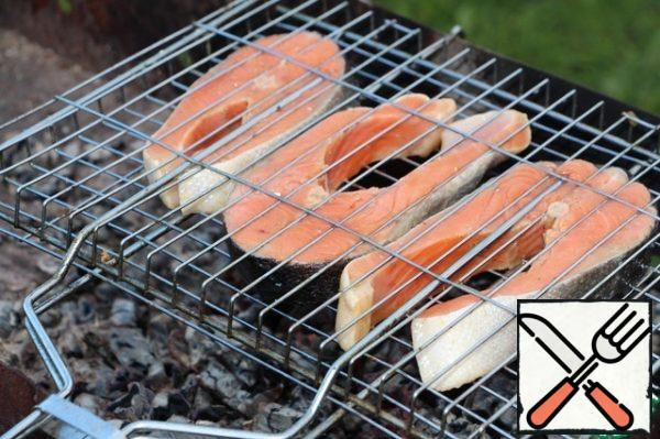 Put the fish on the grill and fry until tender for 7-10 minutes.